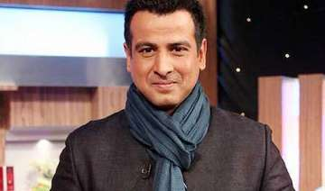 ronit roy gifts shoes to adaalat unit - India TV