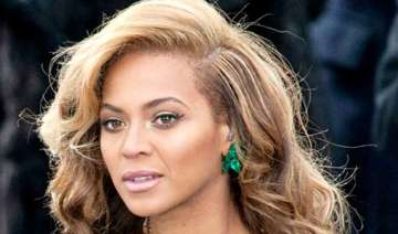 beyonce goes pink to support breast cancer...