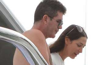 cowell gifts bangle to lauren - India TV