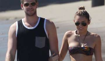 miley cyrus goes topless at beach - India TV