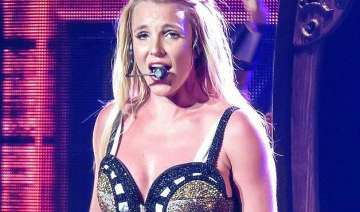 britney spears ok after stage mishap - India TV