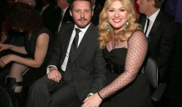 kelly clarkson marries music manager brandon...