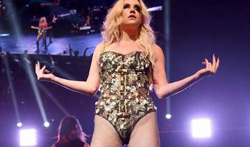 kesha likes showing off legs - India TV