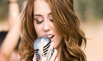 miley cyrus dad supports her raunchy act - India...