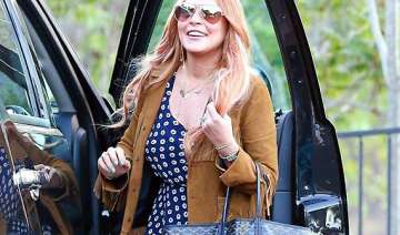 smiling lindsay lohan leaves rehab - India TV