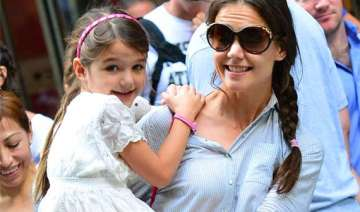 suri cruise suffers broken arm - India TV