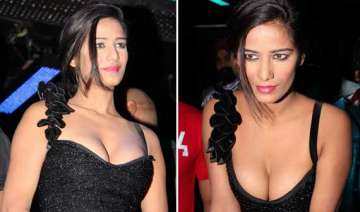 poonam pandey s cleavage show during nasha...