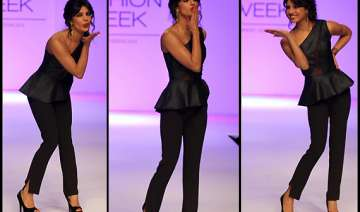 priyanka chopra gives flying kiss for michelle...