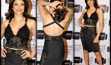 sushmita sen ends up revealing cleavage at lakme...
