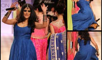 singer sona mohapatra trips on ramp at lfw 2013...