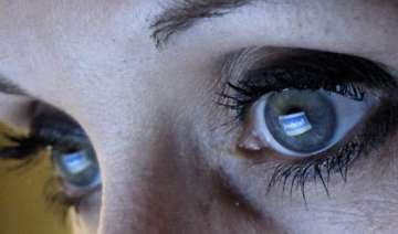 women more likely to be facebook addict view pics...