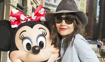 katie holmes gets a sizzling makeover flaunts her...