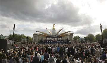 crowds cheer queen on last day of jubilee - India...
