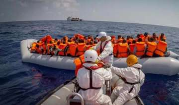 400 migrants saved from wreck off libya 25 bodies...