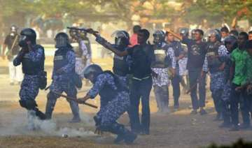 maldives police use tear gas against opposition...