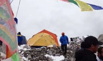 watch video deadly avalanche hitting mt everest...