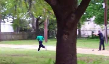 us white cop shoots dead black man as he tried to...