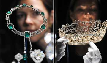 queen s delhi durbar tiara displayed in london...