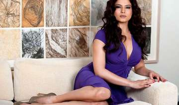 veena malik discharged from hospital after car...