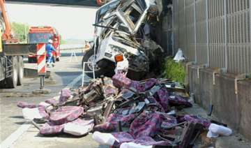 7 killed as bus crashes on way to tokyo...