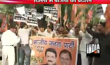delhi police use water cannon on bjp workers...