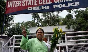 delhi police trying to save govt congress claims...