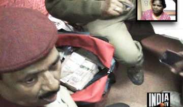 honest female railway cleaner finds rs 23 lakh...