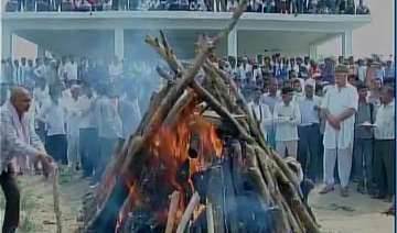 last rites of farmer gajendra singh performed in...