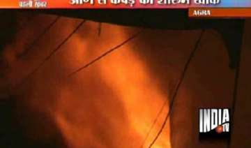 mob brickbats agra police after fire guts...