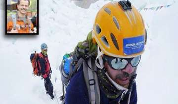 mumbai doctor murad lala climbs mt everest summit...