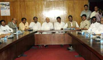 seemandhra congress leaders to stay put wait for...