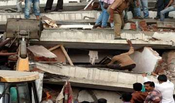 seven storey building collapses in vakola - India...