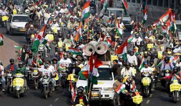 team anna holds rally wants to hear cong high...