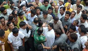 thousands gather as mamata walked from raj bhavan...