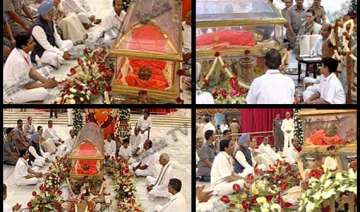 pm sonia lead thousands in paying homage to...