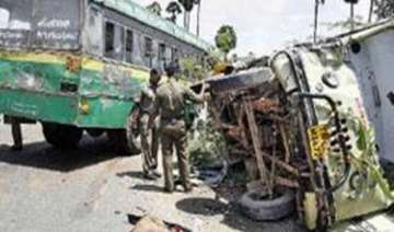 15 dead in karnataka van bus collision - India TV