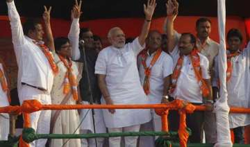 pm modi urged not to share stage with sharad...