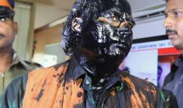 6 shiv sena workers held for ink attack on...