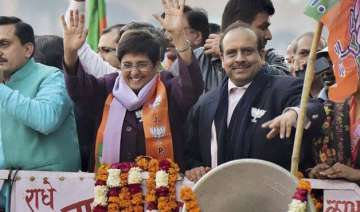 aap bjp war gets uglier bedi approaches police...