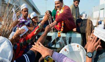 kejriwal apologises after aap workers manhandle...
