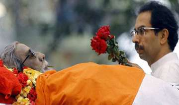 uddhav collects father s ashes - India TV