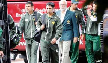 police find wads of notes in pak players hotel...