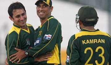 new zealand survive aamir scare to win series -...
