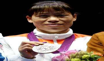 boxer mary kom gets rs 50 lakh cheque from mp...