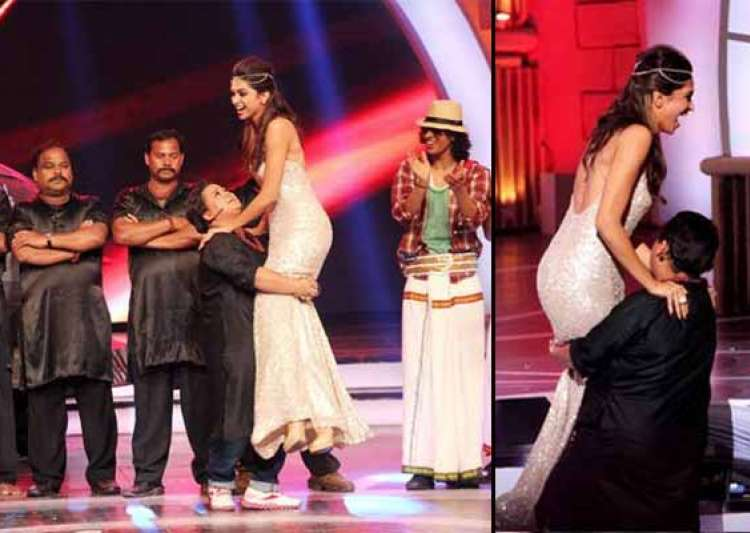 zee cine awards 2014 comedian bharti lifts up deepika padukone view pics- India Tv