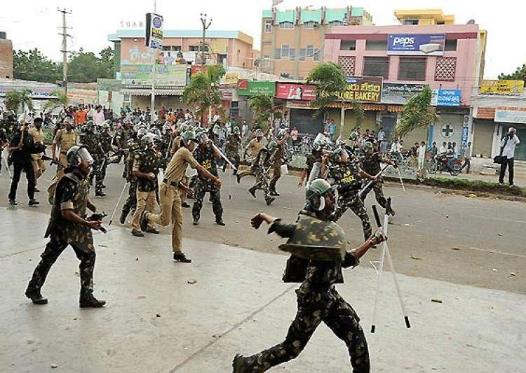 pro unified andhra staff hold rally amid attack by- India Tv