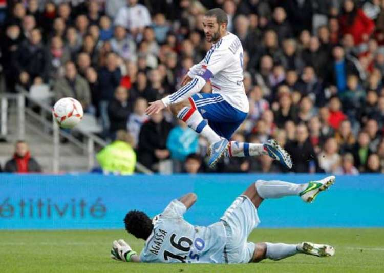 lyon cruises to 3 0 win to go top marseille loses- India Tv