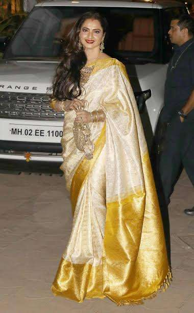 Veteran actress Rekha was looking breathtakingly beautiful in saree. With perfect accessories and beautiful smile, the lady stole the show.