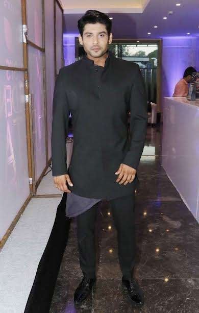 Siddharth Shukla donned all black look. He is playing the male lead in daily soap Dil Se Dil Tak opposite Rashmi Desai.