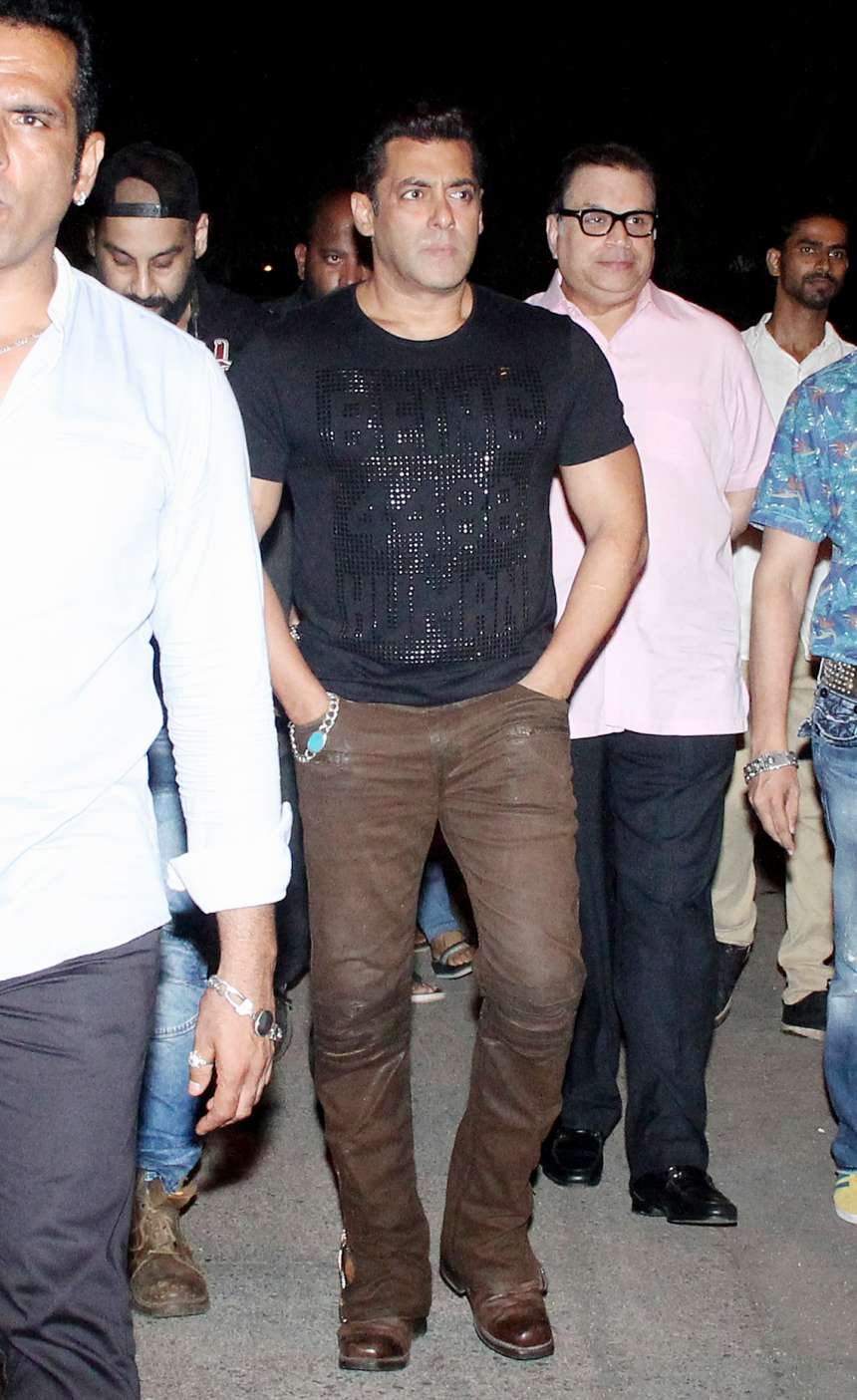 As usual Salman was looking dashing in his black T-shirt, which he paired with brown trouser and leather shoes. Well fans are also eager to see Salman's magic in Tubelight in theatres.